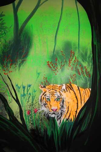 Wandmalerei mit Tiger bei Normallicht