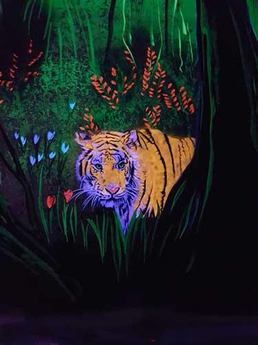 Wandmalerei mit Tiger bei Schwarzlicht, UV-Licht.