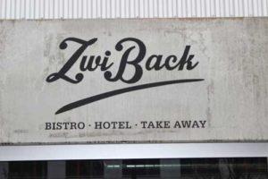 Fassadenbeschriftung mit Schablone und Airbrush. ZwiBack